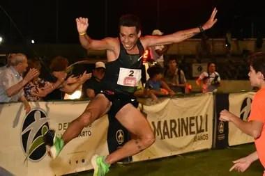 La llegada triunfal del ganador de la maratón este año: Julián Molina