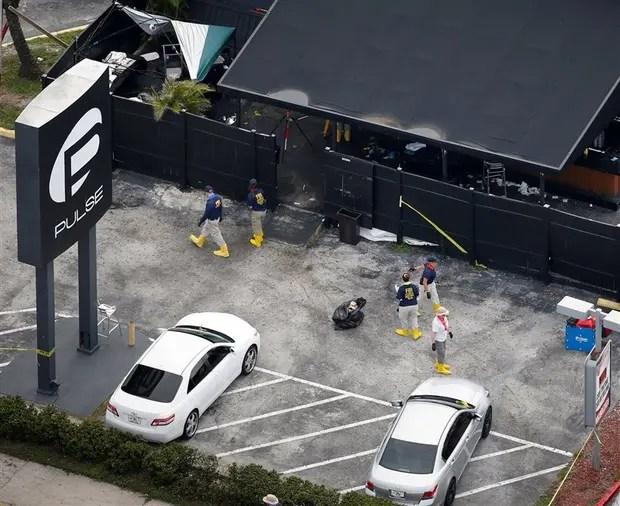 Agentes del FBI recogen evidencia en el estacionamiento de la disco donde se perpetró el atentado