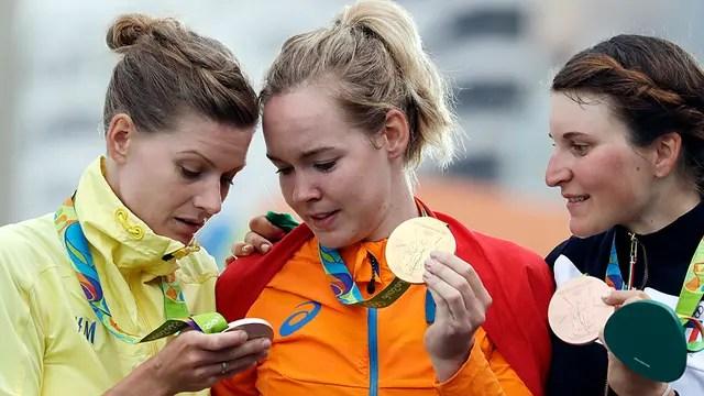 Las ciclistas Anna Van der Breggen, de Holanda, Emma Johansson, de Suecia, y la italiana Elisa Longo Borghini; distintas medallas y diferentes premios de sus Federaciones
