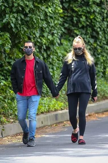 Sophie Turner lució su pancita de embarazada durante un paseo con ...