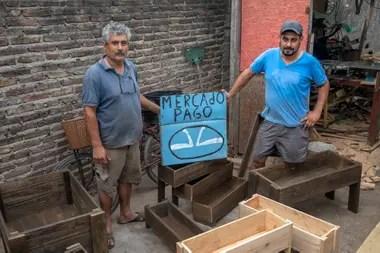 Cortez (izquierda) había puesto ese cartel hace apenas dos semanas, pensando en atraer más clientes de los barrios privados y countries aledaños a su lugar de trabajo, ubicado en el kilómetro 38,5 de la Panamericana, en Pilar, al norte del Conurbano bonaerense