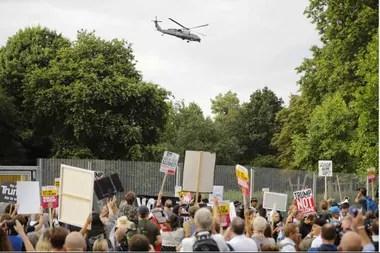 Manifestantes durante la llegada del helicóptero presidencial