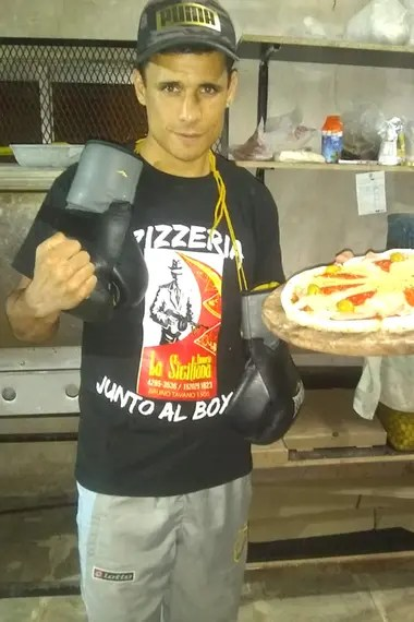 Ricardo Cejas es kiosquero, pizzero y boxeador.