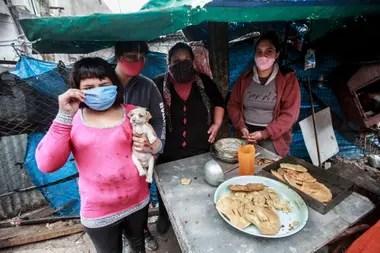 Lorena (de barbijo fucsia) organizó una olla comunitaria en el barrio Libertador con sus cuñadas y una sobrina. Dan de comer a 15 familias vecinas y se financian con su propio dinero y algunas donaciones