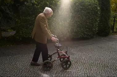 Frankenstein, que reside en Suecia desde 1956, hoy camina ayudado por andador