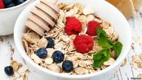 Los expertos indican que podemos agregar frutas pero no es aconsejable añadir azúcar o sal.