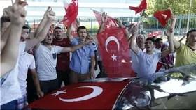 Afuera del aeropuerto de Ataturk, los partidarios de Erdogan festejan