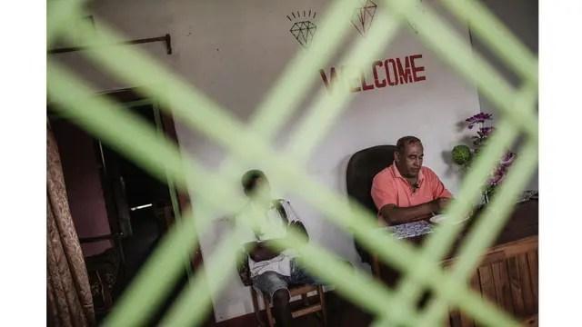 Un vendedor de Sri Lanka, en su oficina de venta de gemas en Sakahara