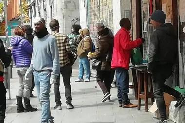 Casi 300 personas diarias van a buscar su comida