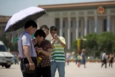 Turistas chinos en la plaza Tiananmen. Como cualquier otro servicio digital, en China servicios como WeChat están monitoreados de forma constante por las autoridades