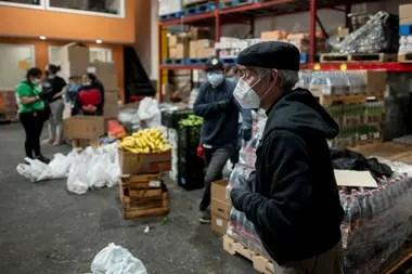 El pastor argentino trabaja con un equipo de voluntarios para juntar alimentos para quienes más lo necesitan