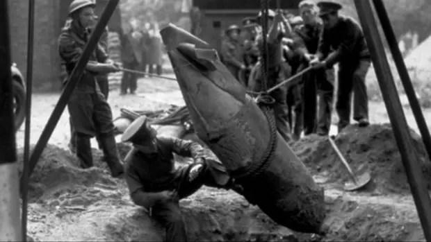 Un escalofriante número de bombas fue lanzado sobre Reino Unido durante la guerra. En la foto, un equipo militar recoge una bomba de unos 500 kilos en la capital británica en 1940