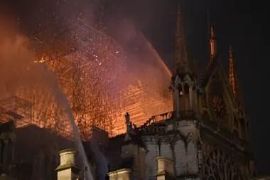 Más de 400 bomberos combaten el fuego