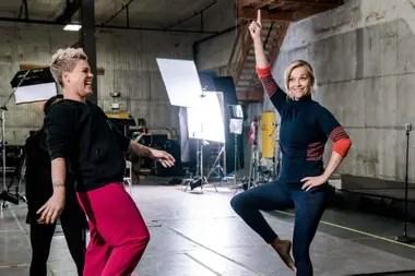 Reese Whiterspoon y Pink en uno de los episodios de Shine On