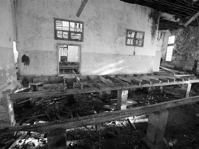 Ausencia de piso, paredes descascaradas y restos de mampostería se destacan en el interior