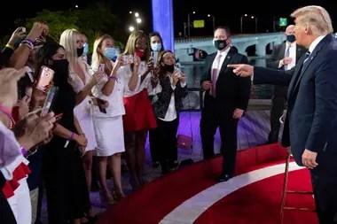 El presidente Donald Trump saluda a la audiencia luego de participar de un foro con NBC en Miami