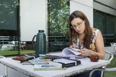 Natalia di Paolo, en la recta final de su carrera, estudia para los exámenes en cada break laboral