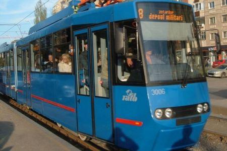 Trafic BLOCAT pe doua linii de tramvai! Unui sofer i s-a facut rau si a oprit masina in drum!