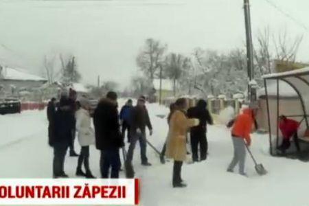 VIDEO – Gest SUPERB al unor tineri de langa Bucuresti! S-au mobilizat si au deszapezit batranii si oamenii neajutorati!