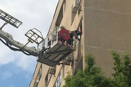 FOTO – Un barbat din Drumul Taberei a sunat la 112 dupa ce a vazut un copil jucandu-se la geamul unui apartament, la inaltime! A urmat o spectaculoasa desfasurare de forte a ISU!