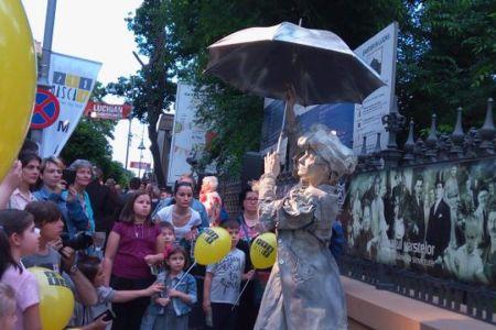 Vedete de talie mondiala pe strazile Bucurestiului! A inceput festivalul de statui vivante!