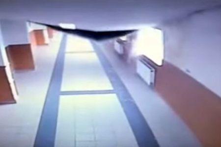 VIDEO – Momentul in care tavanul scolii 141 din Bucuresti se prabuseste! Parintii sunt INGROZITI si nu mai vor sa-si lase copiii la ore!
