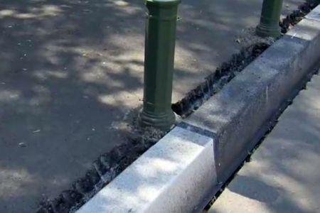 VIDEO-Videanu ar fi mandru de el! Primarul din Sectorul 4 schimba bordurile cu unele din plastic!