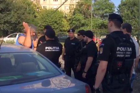VIDEO – Amenintat cu desfiintarea, patronul unui targ ilegal din Sectorul 5 a sarit la bataie cu politistii locali!