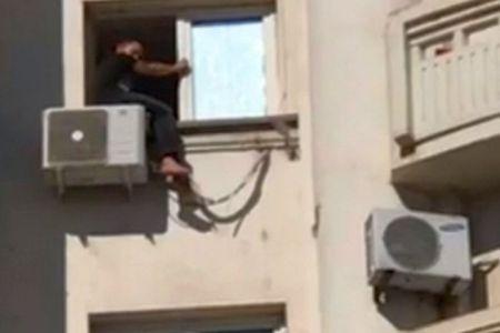 Un barbat s-a urcat pe Sucursala CEC si ameninta ca se sinucide!