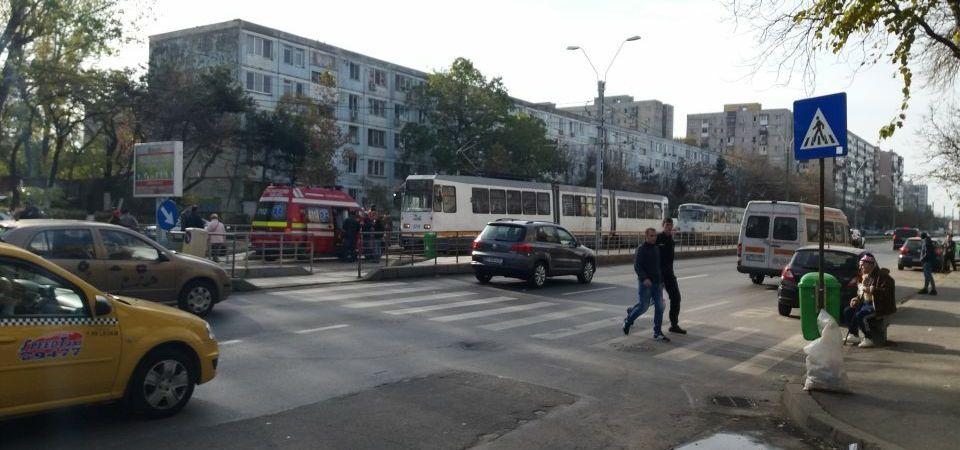 Circulatia tramvaielor pe Bulevardul Timisoara este blocata. Intervine un echipaj SMURD!