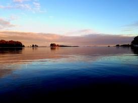 Auringonlasku tuottaa hienoja kontrasteja viereiselle saarelle.
