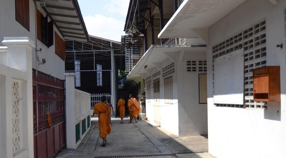 bangkok-houses-monks-thailand-buddha-drinks-fanta-2946