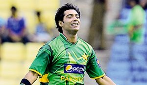 Pakistan cricketer Mohammad Sami (C) celebrates the wicket of Sri Lankan batsman Angelo Mathews (L) during the opening one-day international (ODI) match between Sri Lanka and Pakistan at the Pallekele International Cricket Stadium in Pallekele on June 7, 2012. Sri Lanka captain Mahela Jayawardene elected to bat after winning the toss against Pakistan in the opening one-day international in Pallekele. AFP PHOTO/ LAKRUWAN WANNIARACHCHI (Photo credit should read LAKRUWAN WANNIARACHCHI/AFP/GettyImages)