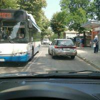 Във Варна: Автобус и коли чакат шофьор да хапне баничка