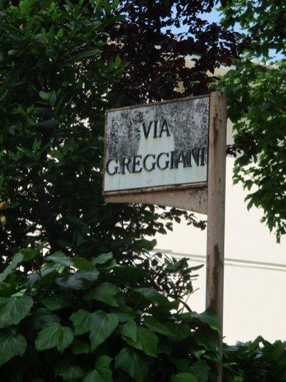 Il segnale che indica la via budriese intitolata a Giuseppe Reggiani.