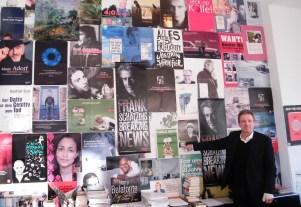 KiWi Verleger Helge Malchow mit einer Ausgabe von Charlie Hebdo