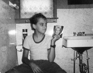 Der Autor posiert auf dem Klodeckel im Familienbungalow als der berühmte Popsänger Billy Idol | ©Gary Shteyngart