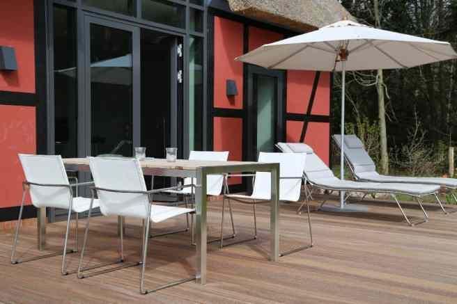Terrasse mit Liegen und Tisch