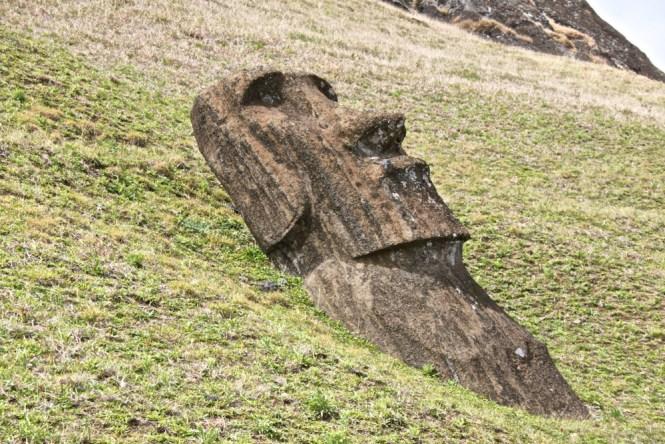 moai couché Rano Raraku Visiter l'île de Pâques