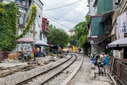 chemin passage insolite du train visiter Hanoi