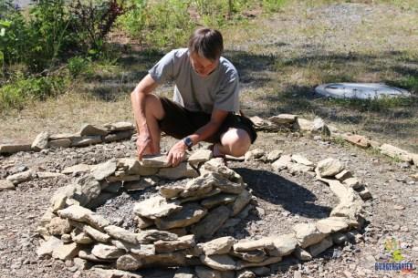 Wenn die Steine sich leicht zum inneren der Spirale neigen, wird die Konstruktion ohne Mörtel selbsttragend.