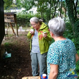 Während wir auf die Männer warten, begeistert sich Sabine an dem frischen Möhrenkrautpesto von Myriam.
