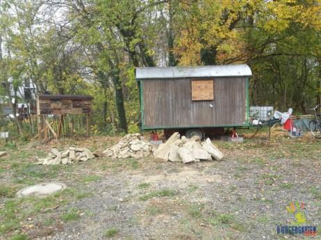Insektenwand, alter Forstwagen, Trockenmauer(material) - vielfältige Überwinterungsoptionen für die Bürgergarten-Tierwelt