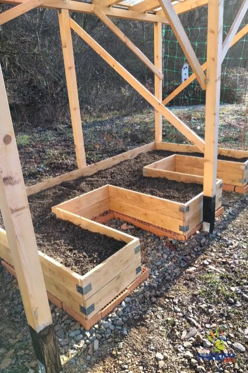 Die Tomaten werden in ihrem neuen, mistgedüngten Beet sicher üppen.