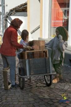 Gaby holt mit Anna und Ava die ersten Kartoffelkisten aus unserem Scheunenlager.