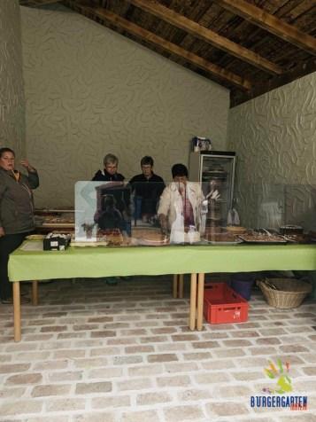 Die Damen vom Hausmacher-Kuchen-Café standen teilweise bis zu den Waden in Kuchenbehältnissen.