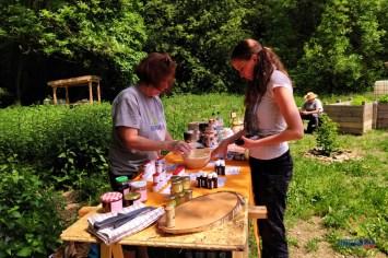 Gaby und Jana arrangieren die Bürgergarten-Heilprodukte.