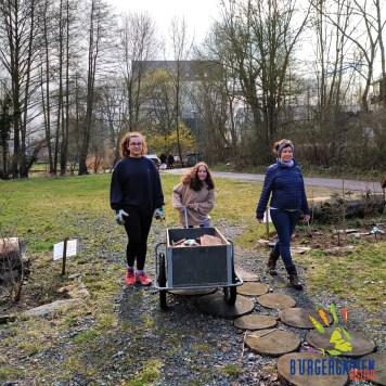 Hannah, Ava und Mareike karren Biberschwänze für unsere Bauprojekte an.
