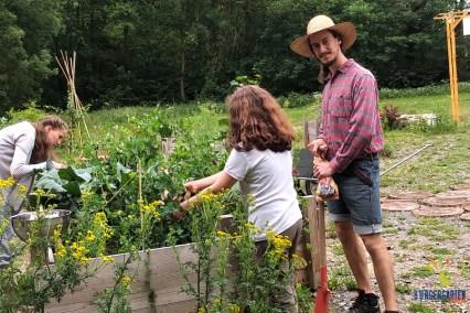 Ava und Daniel kümmern sich darum, daß der Garten für die QiGong-Gäste schön ist.