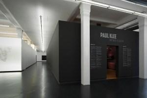 """Aussenansicht des »BlackCube's« in der Ausstellung """"Paul Klee - Mythos Fliegen"""" in Augsburg"""